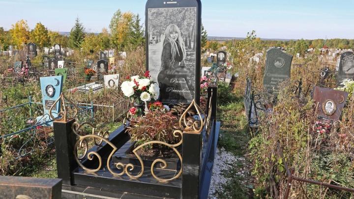 Чтобы помнили: на кладбище в Уфе установили памятник в виде айфона