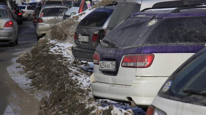 Фото: кладбище брошенных машин на Каменской стало помехой для водителей