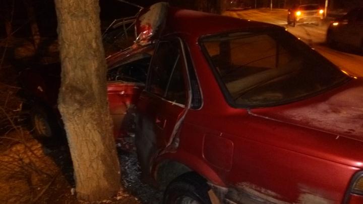 «Врезался в дерево и сбежал»: в Волгограде разбилась Toyota