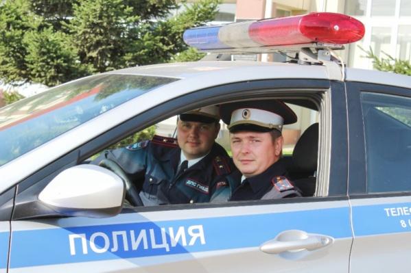 ПолицейскиеДмитрий Белошапкин иЕвгений Баканов доставили мужчину с больным ребенком до больницы