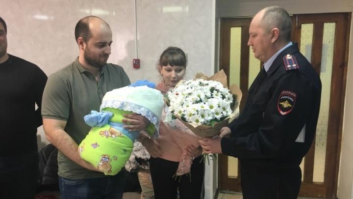Инспектор ДПС приехал на выписку к роженице, которую спас из пробки на Жигулёвской ГЭС