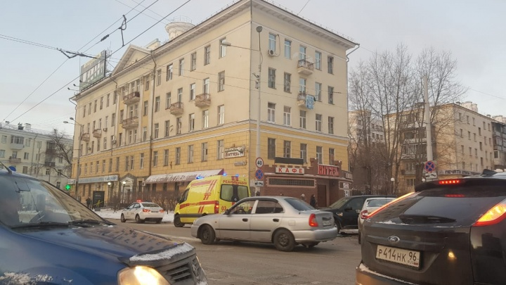 В центре Екатеринбурга столкнулись три легковушки: на месте работают скорая и спасатели