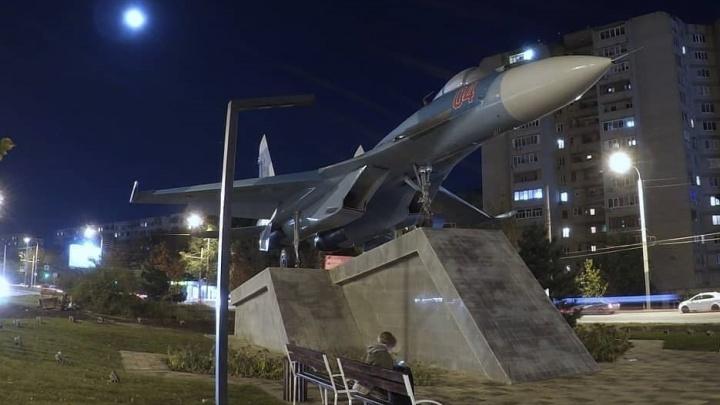 Списанный истребитель Су-27 установили в Ростове на Таганрогской