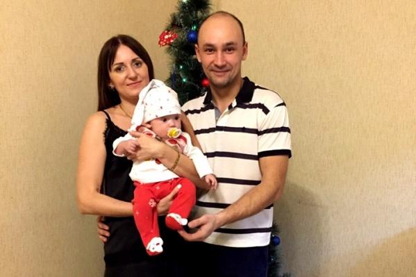Захар — долгожданный второй ребенок Игоря и Елены Хлоповских, 24 января ему исполнилось полгода, а 31-го Захара не стало