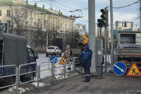 Вдоль бульвара на проспекте Ленина заборы убрали, а на перекрёстках по требованию ГОСТ оставили