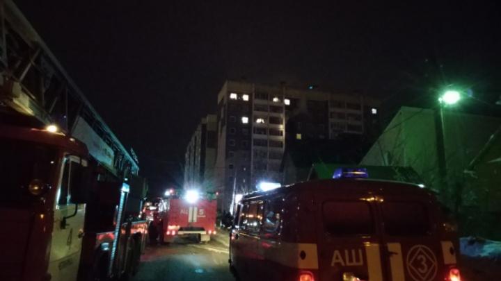 На скорой увезли двоих детей, беременную и мужчину: в МЧС рассказали о ночном пожаре в Челябинске
