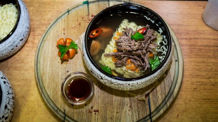 Новосибирский бар накормил посетителей шикарным «дошираком» с рваным мясом