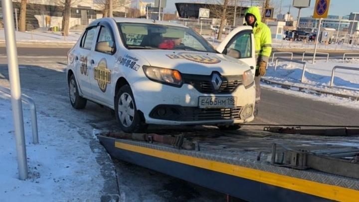 ГИБДД проверила таксистов в Кольцово после того, как водитель после 20 часов работы сбил человека