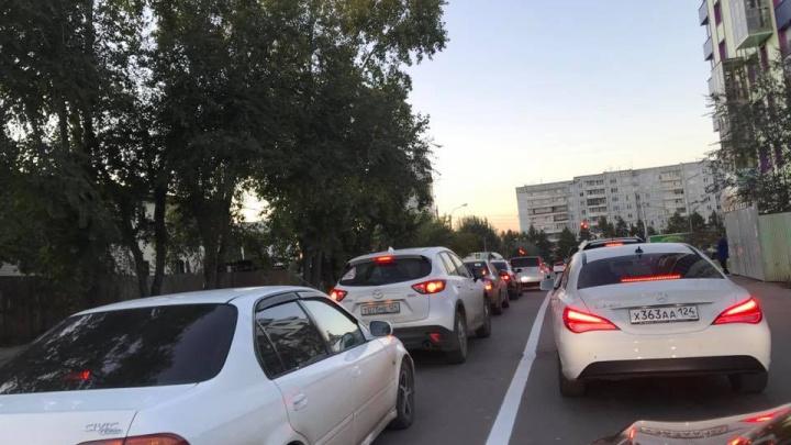 Водители игнорируют новую разметку на Пушкина и едут по встречной полосе