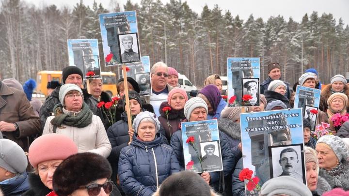 """На открытие """"Масок скорби"""" сотни людей принесли портреты своих родственников, погибших в лагерях"""
