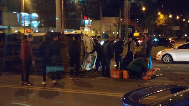 «Фельдшер — молодец!»: на Московском шоссе «Приора» опрокинула скорую помощь