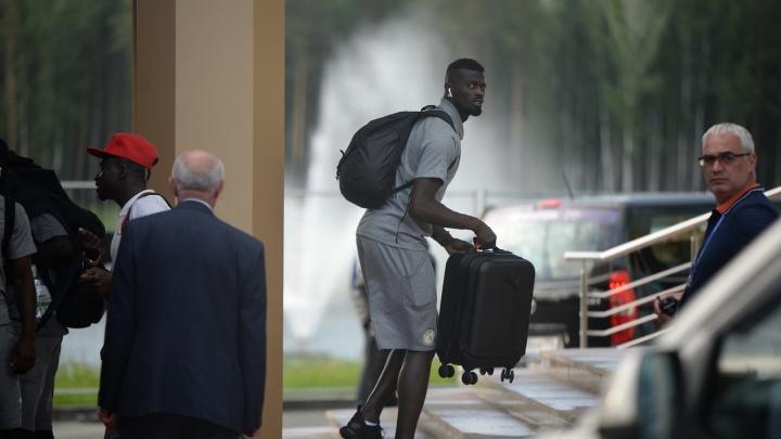 Болельщики, вы где? Футболистов Сенегала и Японии встретили только журналисты и полиция