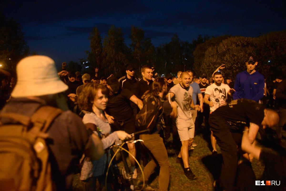 Они вытеснили протестующих из сквера. На снимке в шортах — знаменитый уральский боец «академии РМК» Иван Штырков