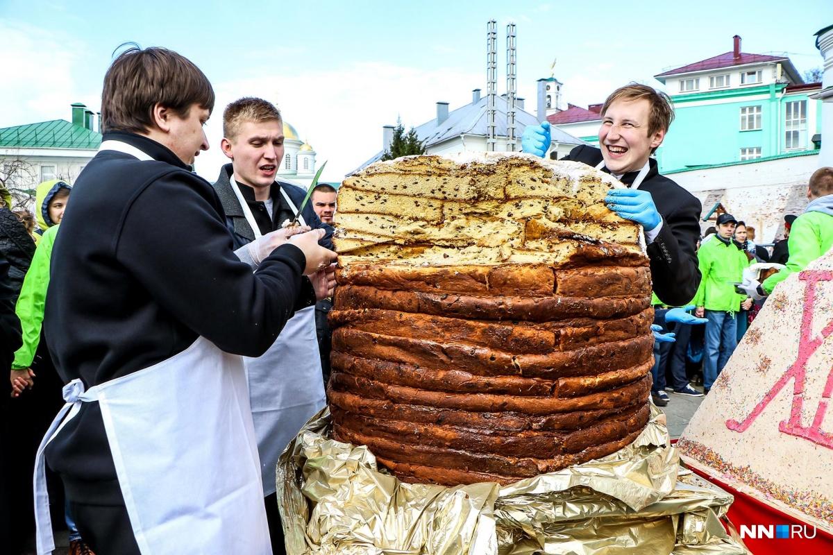 На втором—  кулич-гигант из Нижнего Новгорода . Ну как гигант?.. Смотрите дальше