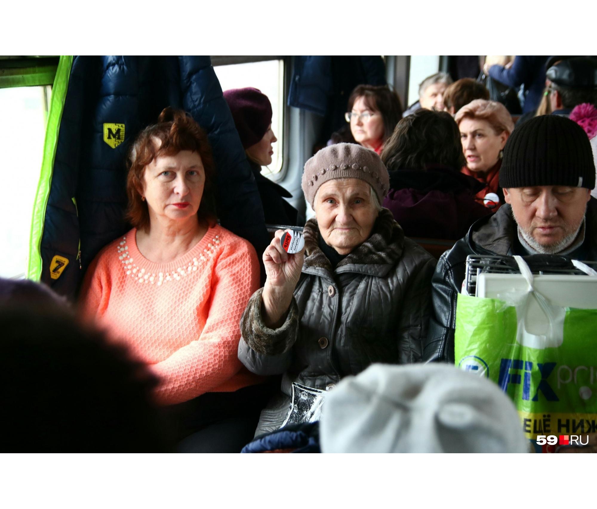 Пассажирка со значком