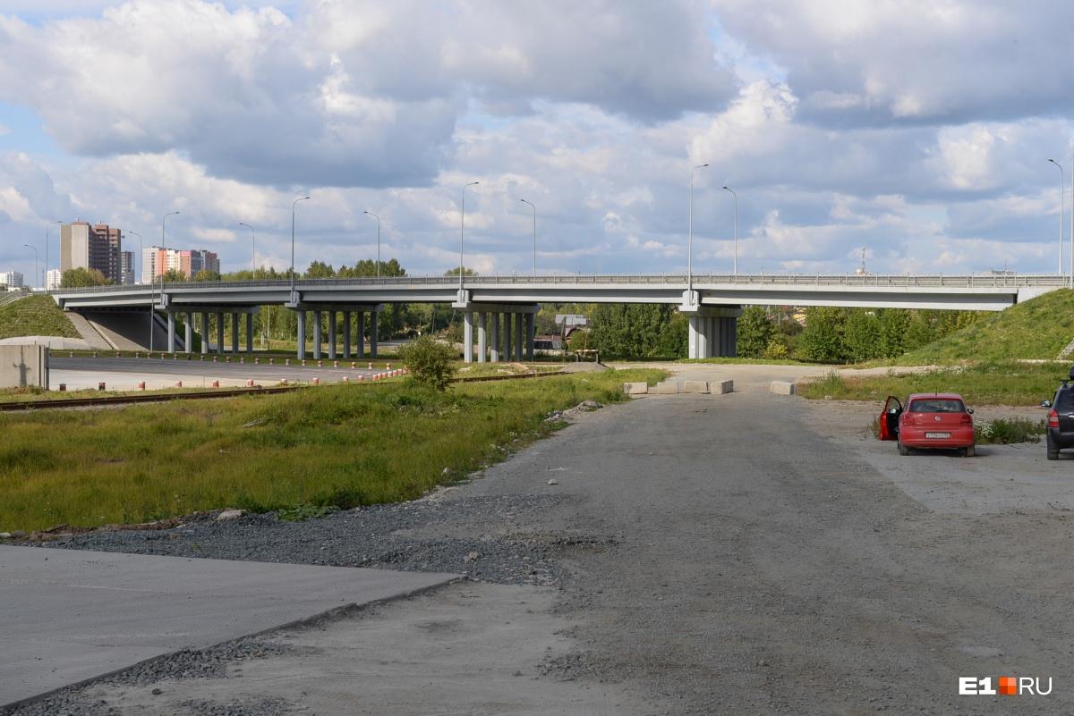 Сейчас проезд под мостом ограничен бетонными блоками