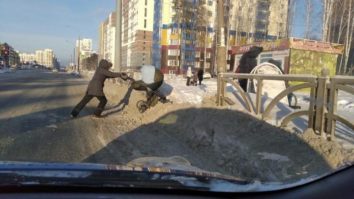 «Ждут, когда само растает»: как выглядят дворы очнувшейся от праздников столицы Урала