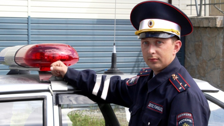 Свердловские инспекторы ДПС спасли женщину, которая перевернулась на машине и улетела в реку