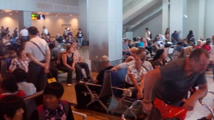 Екатеринбуржцы застряли во вьетнамском аэропорту из-за того, что в самолёте сломался туалет