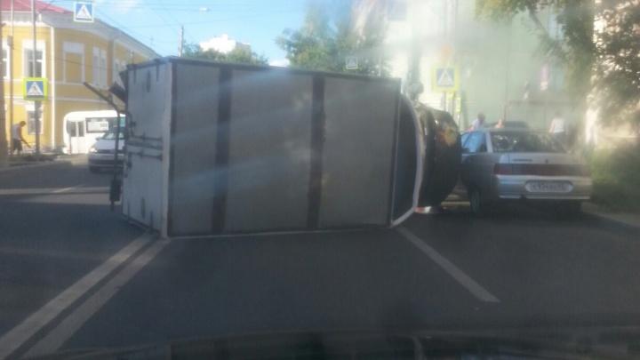 В центре Самары «Газель» рухнула набок после ДТП с такси иHyundai