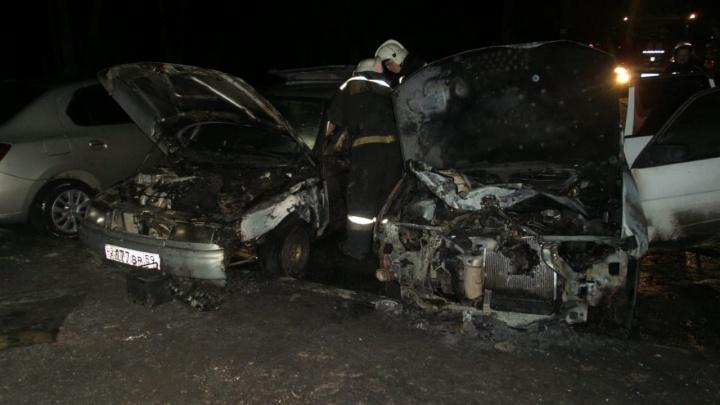 Владельцы Mazda уверены, что это был поджог: во Втузгородке полностью выгорели два автомобиля