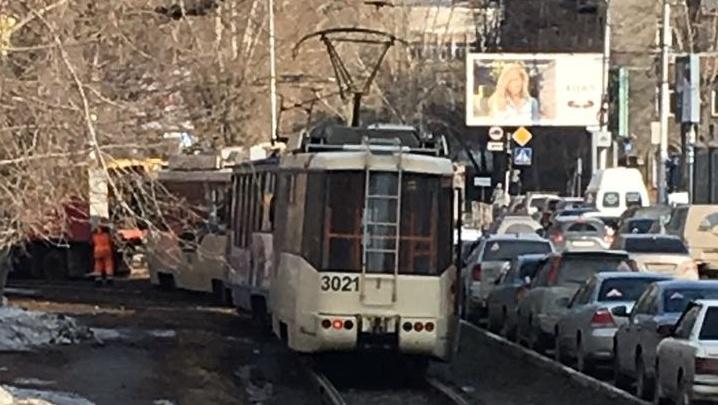 Трамвай № 13 сошёл с рельсов за оперным театром: собирается пробка