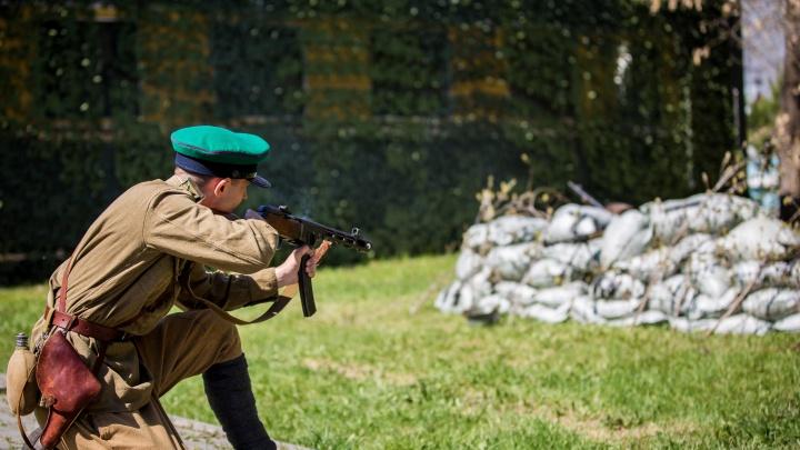Молодые полицейские переоделись в солдат и изобразили бой с фашистами