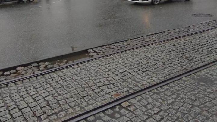 Пострадало уже 20 машин: на Куйбышева автомобилисты пробивают колеса из-за развалившейся брусчатки