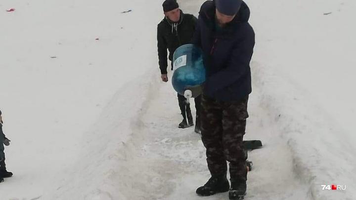 После жалоб жителей в Челябинске отремонтировали ледяную горку с дырами