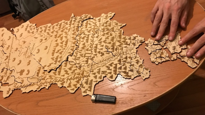 Красноярский художник выжег на дереве карту Красноярского края и сделал из нее пазл