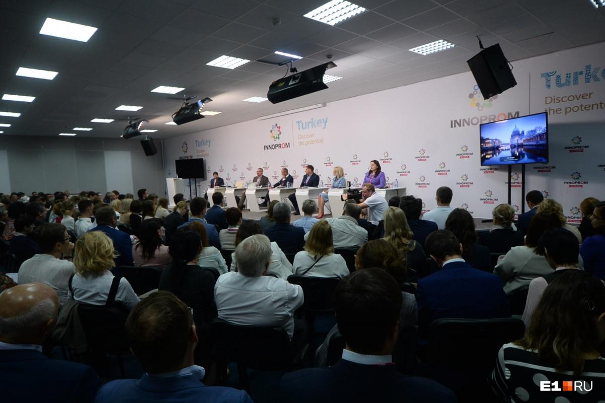 Участники дискуссии на «Иннопроме» согласились, что в стране не хватает квалифицированных специалистов в сфере IT