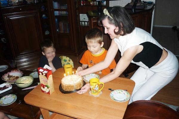 На фото слева — погибший мальчик, женщина справа — Гила Германская