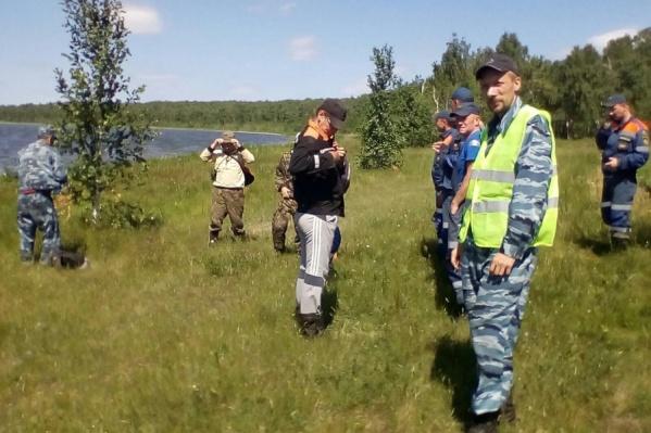 Алексей Могильников (в зеленом жилете) начал искать пропавших людей с середины лета