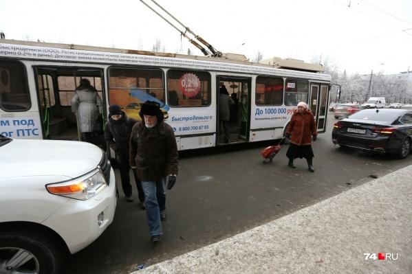 Городской транспорт не мог подобраться к остановке