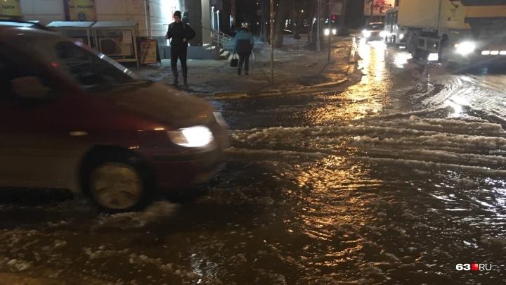 На дороге — потоп: в Самаре в районе пересечения Авроры и Карла Маркса прорвало трубу