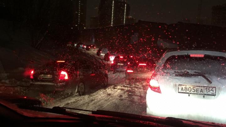 «Люди прыгают по сугробам»: водители и пешеходы застряли с утра в неочищенном от снега городе