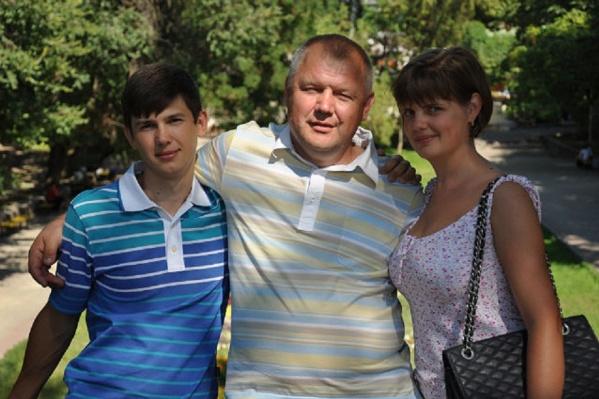 Один из братьев со своей семьей