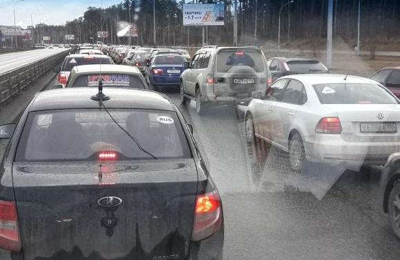 «Светофоры настроены как в выходной»: в Академическом водители встали в километровые пробки