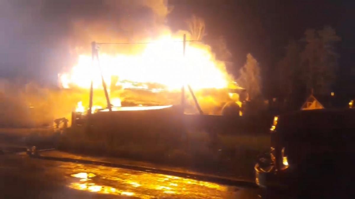 Под Тюменью из-за удара молнии загорелись два дома