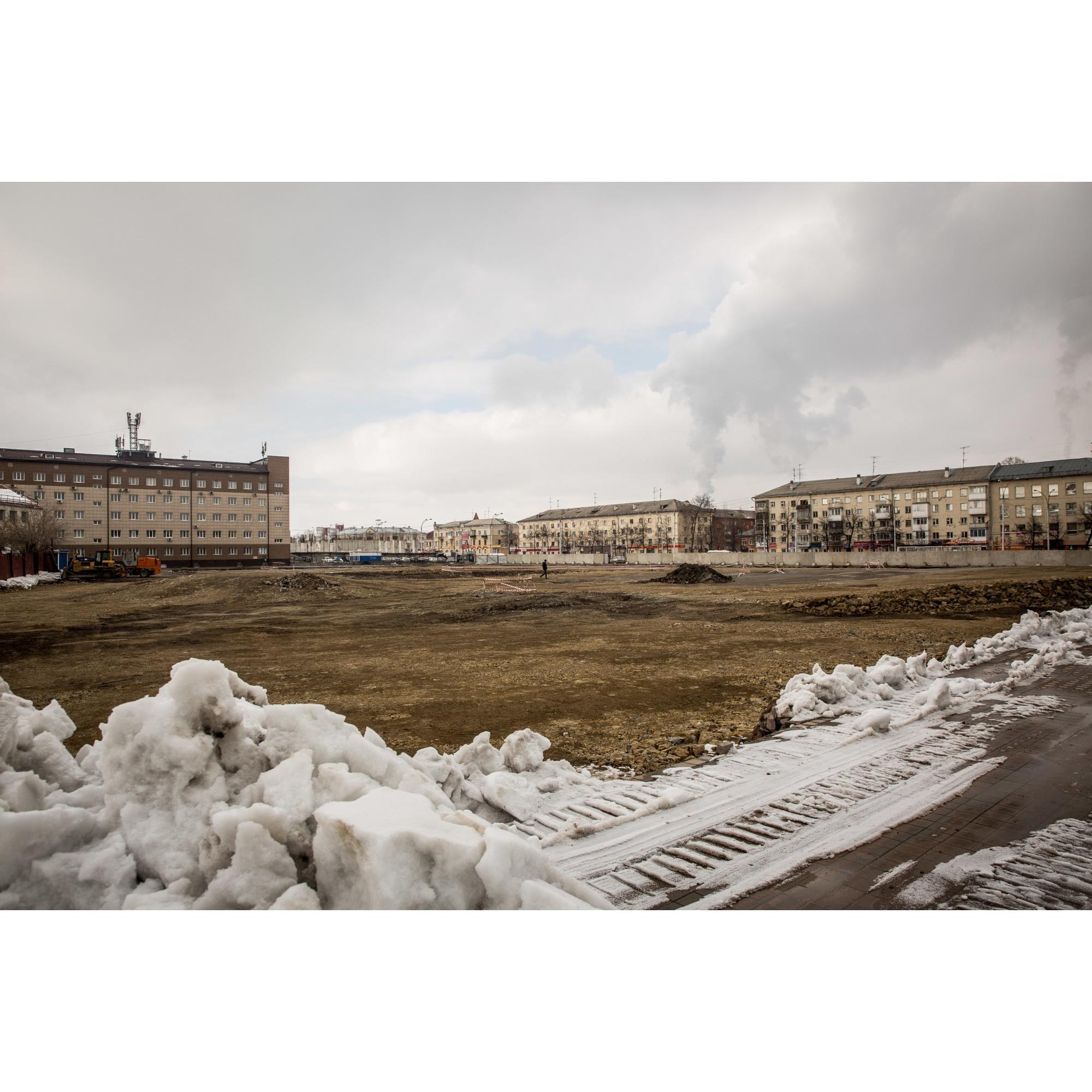 На месте сгоревшей «Зимней вишни» — пустой участок, где до конца августа обещают разбить сквер