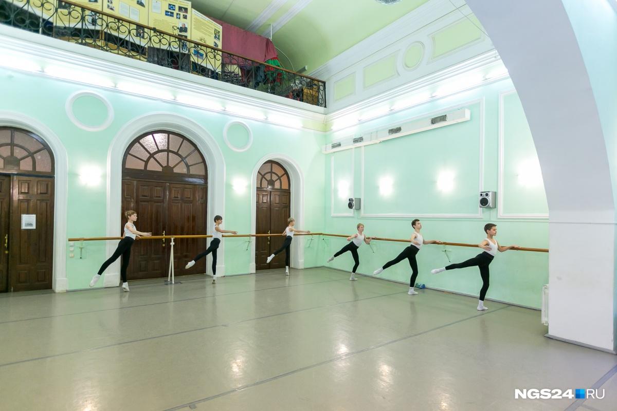 На занятии у 4-го класса балетной школы (группа мальчиков)