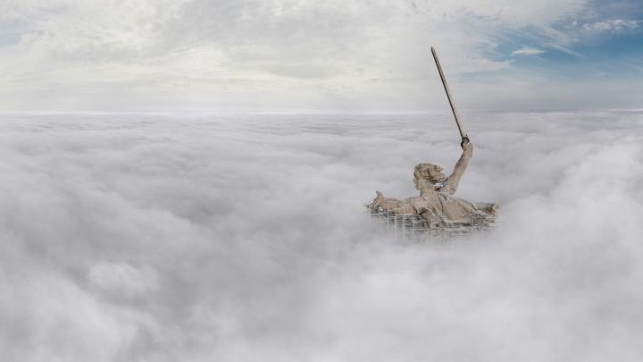 Там за туманами: волгоградский фотограф снял «Родину-мать», воспарившую над облаками
