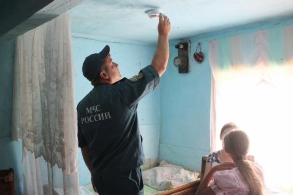 Они ходят по квартирам и частным домам, предлагая купить за большие деньги недорогой пожарный извещатель