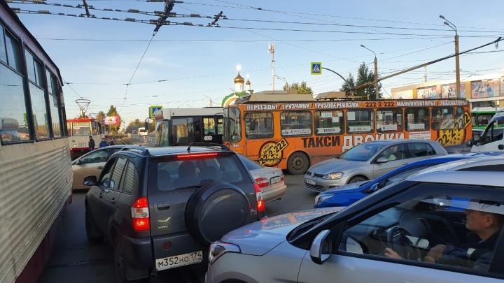 Неработающий светофор парализовал движение транспорта на Северо-Западе Челябинска