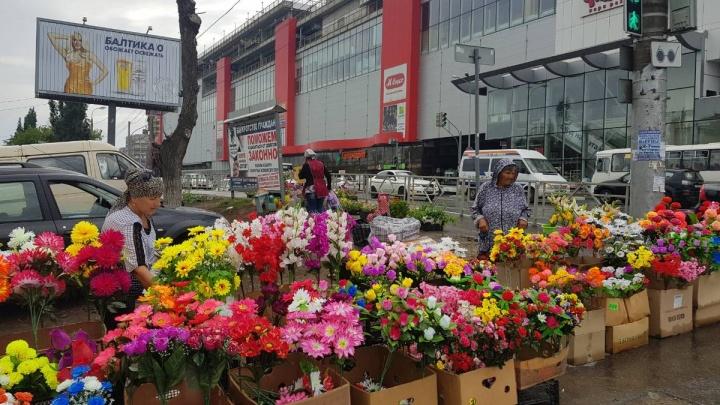 В Самаре разогнали пенсионерок, которые торговали цветами для кладбища напротив ТЦ «Аврора»