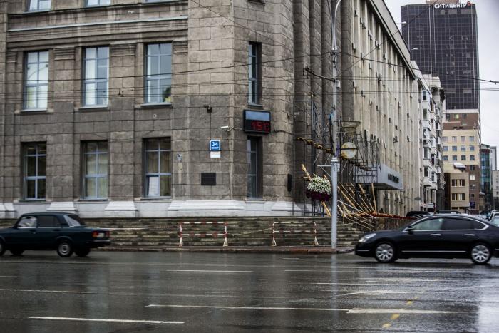 Строительные леса у здания мэрии вдоль улицыЩетинкина в пятницу, 18 августа