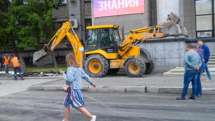 Ждут Путина? У корпуса УрФУ на Ленина установили шикарные многоуровневые клумбы и сняли асфальт