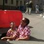Это провал! Хорватские фанаты ради фото залезли в дорожную яму посреди города