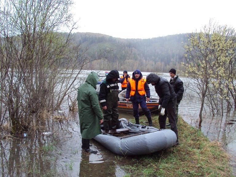 ВКузбассе сзатопленного водой островка сняли 4 рыбаков спроколотой лодкой