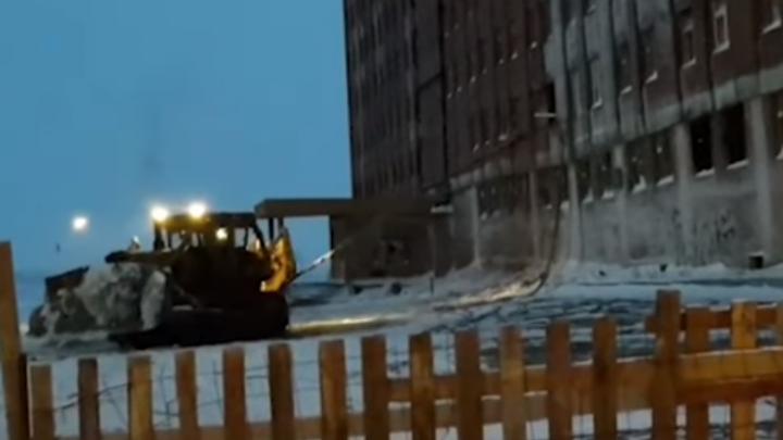 Строителей наказали за снос аварийного здания с помощью троса и трактора
